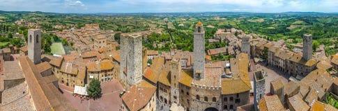 Ciudad histórica de San Gimignano con el campo toscano, Toscana, Italia Foto de archivo