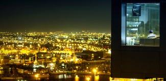 Ciudad iluminada contra el cielo en la noche Imágenes de archivo libres de regalías