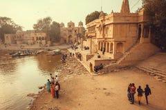 Ciudad india vieja y gente que caminan alrededor del río y de los templos imagen de archivo libre de regalías