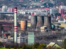 Ciudad industrial - planta industrial en la ciudad Hierro festivo imagenes de archivo