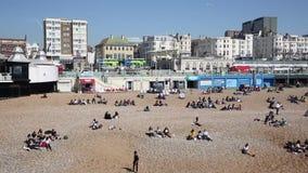 Ciudad inglesa de la costa de Brighton ocupada con la gente en tiempo hermoso