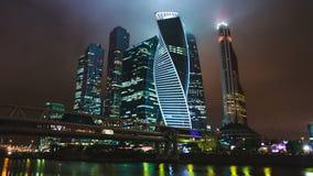 Ciudad internacional del centro de negocios de los rascacielos en el hyperlapse del timelapse de la noche, Moscú, Rusia almacen de video