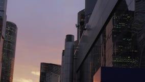 Ciudad internacional del centro de negocios de los rascacielos en el crepúsculo en Moscú, Rusia metrajes