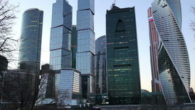 Ciudad internacional en la noche, Moscú, Rusia del centro de negocios de los rascacielos almacen de video