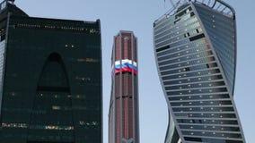 Ciudad internacional en la noche, Moscú, Rusia del centro de negocios de los rascacielos almacen de metraje de vídeo