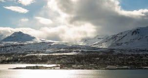 Ciudad islandesa de Akureyi con el timelapse de las nubes metrajes