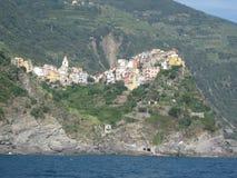 Ciudad italiana acurrucada en montañas en la playa imagen de archivo