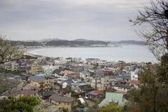 Ciudad japonesa por el mar Foto de archivo
