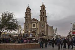 CIUDAD JUAREZ-CHIHUAHUA-MEXIKO-MARCH-2019: Kiosk auf Calle 16 de Septiembre, wo Sie die Kathedrale der Stadt sehen k?nnen lizenzfreies stockbild