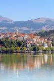 Ciudad Kastoria y lago Orestiada Imagenes de archivo