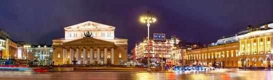 Ciudad la Mosc? Vista nocturna del teatro académico de Maly del estado, teatro académico de Bolshoi del estado de Rusia, cuadrado imagenes de archivo