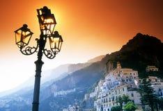 Ciudad a lo largo de la costa de Amalfi Imagen de archivo libre de regalías