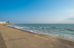 Ciudad a lo largo de un mar Foto de archivo libre de regalías