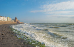 Ciudad a lo largo de un mar Fotos de archivo libres de regalías