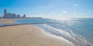 Ciudad a lo largo de un mar Fotografía de archivo libre de regalías