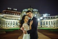 Ciudad magnífica de la noche del fondo de los pares de la boda con el castillo en luz fotografía de archivo libre de regalías