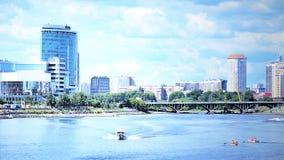 Ciudad media Laguna de Urales Rusia Ekaterimburgo Fotos de archivo