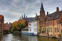 Ciudad medieval Brujas en la caída bélgica imagen de archivo