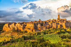 Ciudad medieval de Pitigliano en la puesta del sol, Toscana, Italia Fotos de archivo libres de regalías