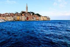 Ciudad medieval de Rovinj rodeada por el mar azul Imagen de archivo libre de regalías