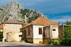 Ciudad medieval Omis del pirata en el río Cetina Fotografía de archivo