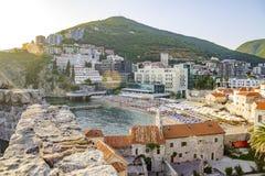 Ciudad medieval vieja con una playa y una montaña Balcanes, Montenegro fotografía de archivo libre de regalías