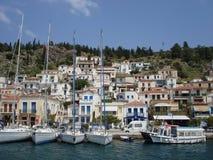 Ciudad mediterránea de la isla de la playa de Poros Grecia Foto de archivo libre de regalías
