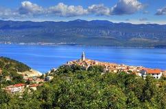 Ciudad mediterránea de Vrbnik, isla de Krk, Croacia Foto de archivo libre de regalías