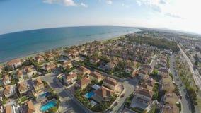 Ciudad mediterránea disponible para el alquiler, apartamentos de lujo de la cabaña en Larnaca metrajes
