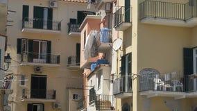 Ciudad mediterránea soleada, distrito residencial ordinario, lavadero en balcones almacen de video