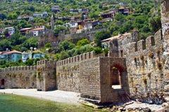 Ciudad mediterránea vieja detrás de la pared de la fortaleza cerca de t Imagen de archivo