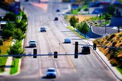 Ciudad miniatura del semáforo de la conducción de automóviles pequeña Imagenes de archivo