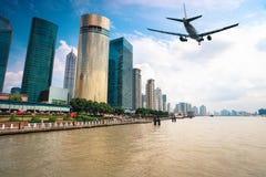 Ciudad moderna con los aviones Imagenes de archivo