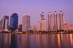 Ciudad moderna de Bangkok en la noche Imagenes de archivo