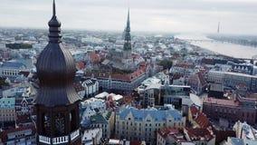 Ciudad moderna en Letonia con paisaje medieval de la opinión superior de la orilla de la herencia de la riqueza metrajes