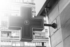 Ciudad moderna farmacia signboard Cruz verde del LED Rebecca 36 Atención sanitaria imagen de archivo libre de regalías