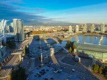 Ciudad moderna Vancouver del océano de las montañas de la visión aérea fotos de archivo libres de regalías