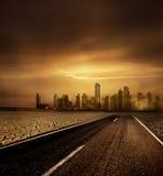 Ciudad moderna y el camino Foto de archivo libre de regalías