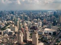Ciudad nebulosa por la tarde Foto de archivo libre de regalías