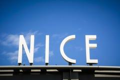 Ciudad Niza de la muestra en riviera francesa Foto de archivo libre de regalías