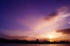 Ciudad púrpura imagen de archivo