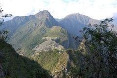 Ciudad perdida de Machu Picchu rodeada por la selva y las altas montañas Foto de archivo
