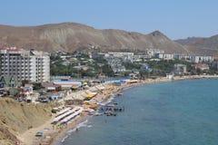 Ciudad por el mar fotos de archivo
