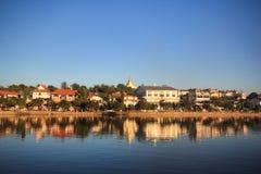 Ciudad por el río Fotos de archivo