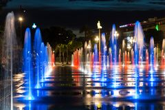 Ciudad por la fuente de la noche en Niza el agua de Massena del lugar de Francia fotos de archivo libres de regalías