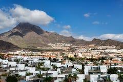 Ciudad por las islas Canarias volcánicas Foto de archivo