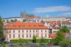 Ciudad Praga, Rep?blica Checa Calle de la ciudad con los edificios y gente que pasa cerca Foto 2019 del viaje 26 abril fotos de archivo libres de regalías