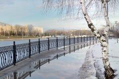 Ciudad Quay durante último paisaje del ruso de la primavera Imagenes de archivo