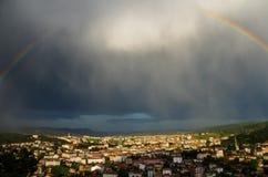 Ciudad que brilla intensamente después de la lluvia Fotos de archivo