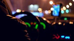 Ciudad que conduce noche del taxi metrajes
